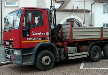 Camion con ribaltabile per lo smaltimento materiale di scarto da demolizione pavimenti