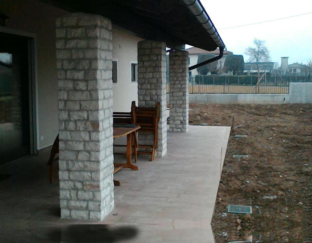 Per questa villa, rivestimento delle colonne con pietre naturali bianche
